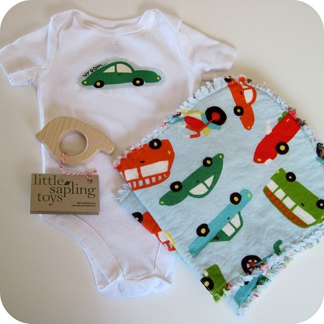 Baby Gift Ideas Homemade : Diy appliqued onesie burp cloths changing pad and