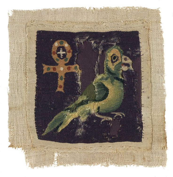 Carré de tapisserie orné d'un perroquet et d'une croix ansée, Égypte, peut-être Akhmîm (Panopolis), Ve siècle. MT 24566.6. Achat Tano, 1887. © Musée des Tissus, Pierre Verrier