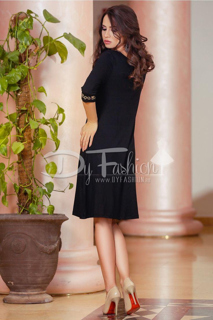 Rochie scurta neagra cu imprimeu in partea superioara si la maneci