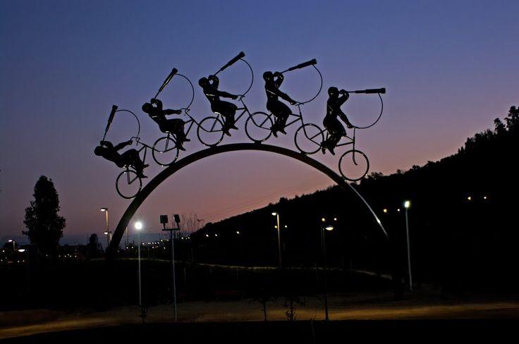 Siluetas en bicicletas. Parque Bicentenario, Vitacura, Santiago de Chile