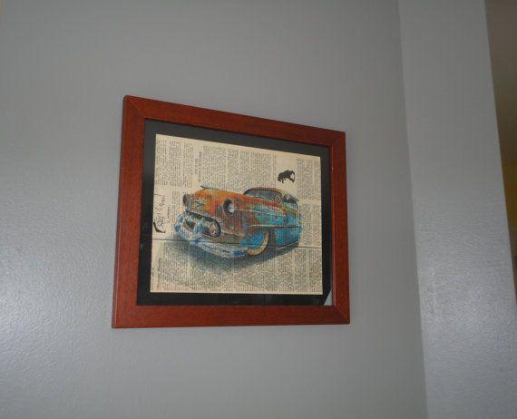 Cadre complet composé dun motif voiture américaine rouillée imprimé sur papier journal de 1949. . . .  Dimension image : 24cm X 29cm . . .  Le cadre