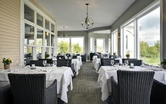 Le Cellier du Roi is a gastronomic reference in Bromont. Well-known as one of the best restaurant in the Eastern Townships, our staff offers a unique and distinct service quality.