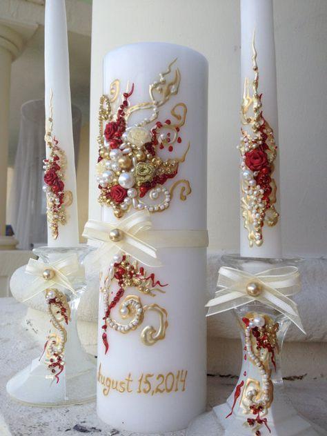 Un matrimonio meraviglioso e unico candela unità insieme, mano decorata con rose in tessuto, fiocchi e perle. I colori sono avorio, oro e rosso. Questo set può fare un regalo di matrimonio perfetto! Questo elenco è per 3 candele: candele coniche 2 (12 hight) e 1 pilastro candela (9 x 3) vetro candelabri sono opzionali - 4 alto, li potete ordinare scegliendo 2 candelieri dal menu a tendina sotto il prezzo. Gli ordini su ordinazione sono sempre i benvenuti! Si può scegliere qualsiasi colori…
