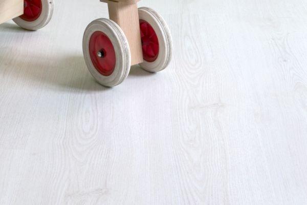 Lamin'Art er et tøft gulv på flere måter. Både designmessig utfordrende og slitesterkt. Det er ment for hjemmemiljø eller middels hard slitasje i offentlig miljø.    Gulvene i denne kolleksjonen har silikonbeskyttede skjøter Tech3S, hvilket gjør gulvet ekstra beskyttet mot fuktgjennomtrengning, samtidig som det gjør det lettlagt og mer bestandig mot hverdagens belastninger og slitasje.