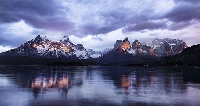 夜明けのトーレス・デル・パイネ国立公園(チリ)