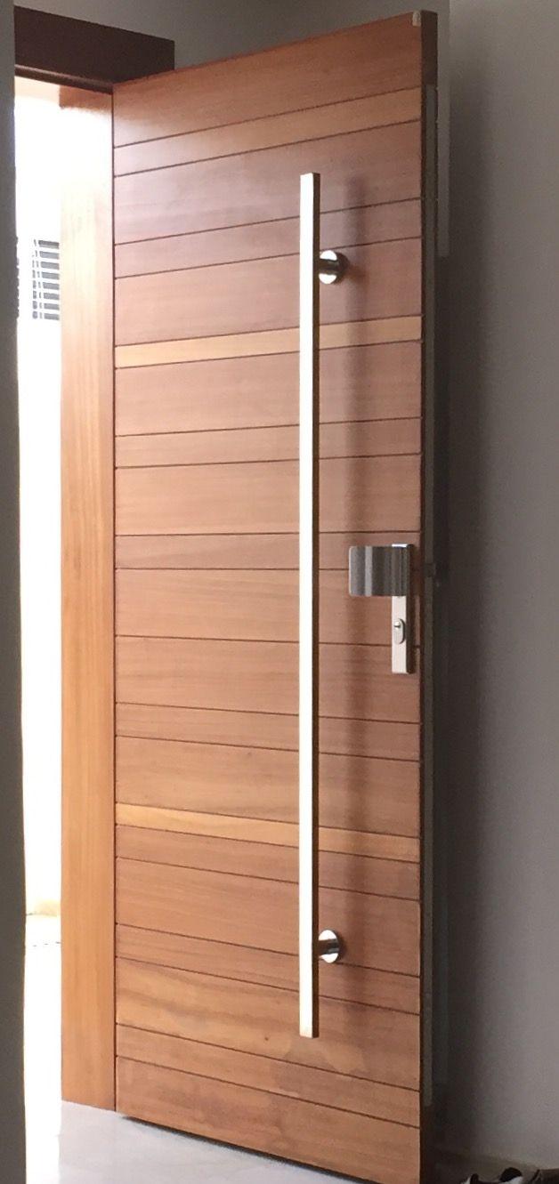 Porte en bois massif iroko ,fixée sur des paumelles invisibles avec serrure 3 galets et poignet ,un tire porte fabriqué en tube rectangulaire inox 40*15. Conçue et fabriquée pas sté STIL 0661081314