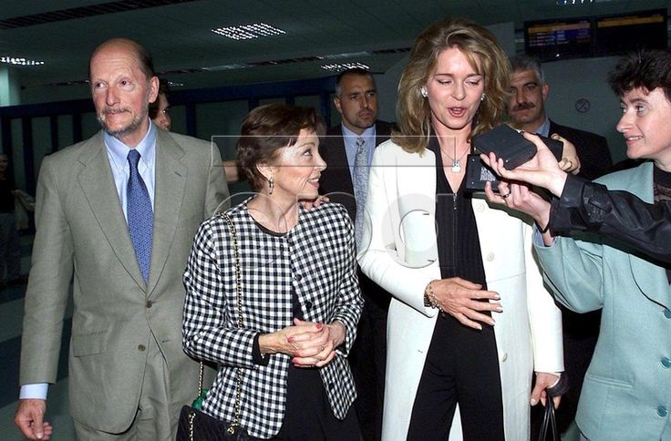 SOF01 - 20010620 - SOFIA, BULGARIA : Former Bulgarian King Simeon II (L) and his wife Margarita (2nd L) welcome Jordan's Queen Noor (R), wife of late King Hussein of Jordan, at Sofia's airport late Tuesday 19 June 2001. Jordan's Queen Noor is on a private visit to Bulgaria. EPA PHOTO EPA/STR/VD-hh