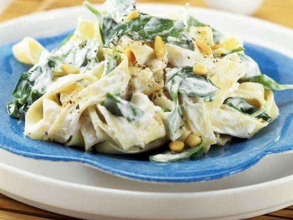 Bandnudeln mit Frischkäse, Spinat und Pinienkernen ist ein Rezept mit frischen Zutaten aus der Kategorie Blattgemüse. Probieren Sie dieses und weitere Rezepte von EAT SMARTER!
