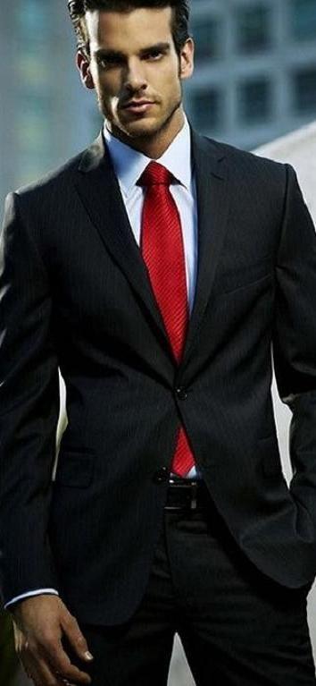 Traje negro con corbata roja