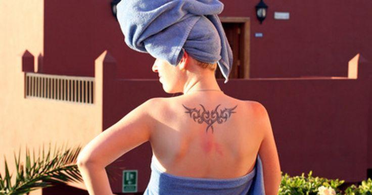 Cómo lograr que te tatúen en L.A. Ink. Kat Von D, la problemática ex integrante del programa Miami Ink, ahora tiene su propio reality show en The Learning Channel. L.A. Ink sigue la vida de Kat mientras maneja su negocio de tatuajes en Los Angeles, California. Para lograr ser tatuado en L.A. Ink, necesitas una personalidad divertida, una historia interesante y buenos tatuajes.