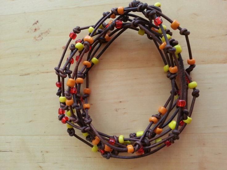 Læderarmbånd med glasperler