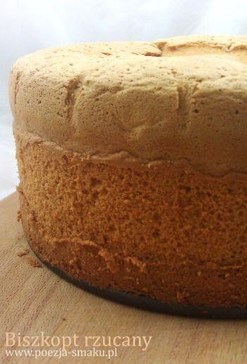 Prezentuję biszkopt, który można nazwać idealnym. Jest puszysty, wysoki i prosty - co jest niewątpliwym atutem przy krojeniu go na tort. Rośnie bez proszku do pieczenia. Cała tajemnica tego cuda tkwi w... rzuceniu nim o podłogę.