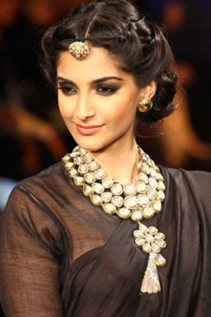 Jewellery Inspiration - Sonam Kapoor with Rajasthani maang tikka look at India International Jewellery Week 2012 - Borla style maang tikkas have a sweetness about them. Worn mostly by women from Rajasthan and Haryana, Borla gets its name from the jujube fruit which is called ber or bor in Hindi, as its shape is similar to the fruit. Borla tikkas look great with a traditional outfit, or even for a touch of understated glamour for your Mehendi Ceremony #thecrimsonbride