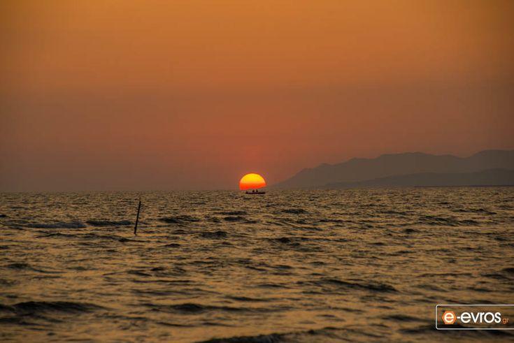 Από την παραλία του Απαλού με το βλέμμα προς την Μαρώνεια.