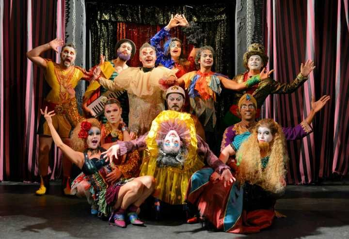 Freak show 'Cabaret Fucô' discute mecanismos de controle social