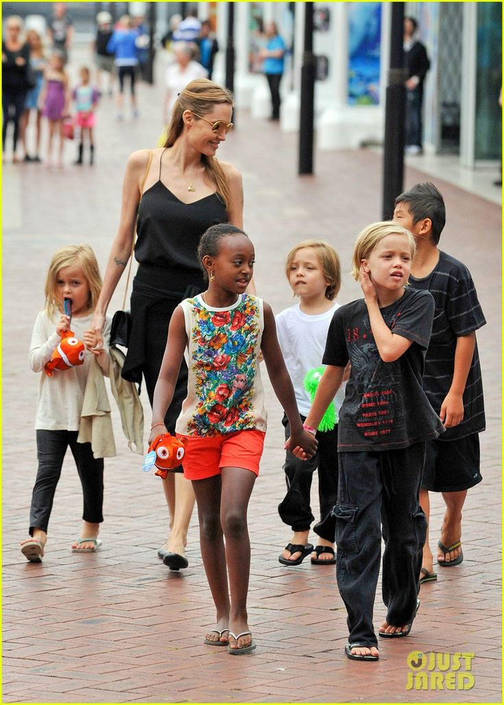 Angelina Jolie takes her kids Pax, Zahara, Shiloh, Vivienne and Knox to the Sea Life Sydney Aquarium on September 8, 2013