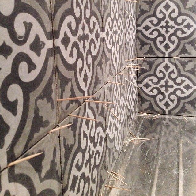 Här sätts det kakel #marokanskabetongplattor från #marrakechdesign i färgen #smoke ( #voltairesmoke ) Det blir så fint!  #ladylosthome #ladylost