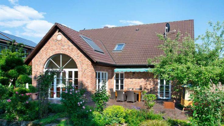 Haus-Westfalen-Klinker-Landhaus-Bauernhaus-klassisch-Rundbogenfenster-Sandstein-Sprossenfenster-Holztuer-Ansicht2