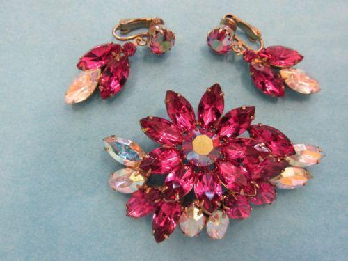 Vintage-DeLizza-amp-Elster-JULIANA-Hot-Pink-Rhinestone-Brooch-Dangling-Earring-Set