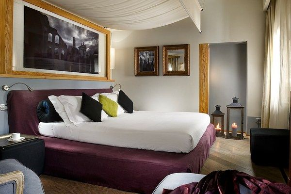 Mario de' Fiori 37 - Junior Suite: An exquisite enclave. The king-size bed comes with a romantic canopy and luxuious Frette sheets | Junior Suite #RomeLuxury