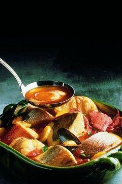 BOUILLABAISSE DE MARSEILLE (poissons variés entiers (rascasse, saint-pierre, lotte, daurade, grondin, tranches de congre, merlan), étrilles, oignons, ail, poireaux, céleri, huile d'olive, fenouil, tomates, bouquet garni, safran en filaments, sel/poivre blanc) LA ROUILLE : pain de mie, ail, piment rouge, jaune d'œuf, huile d'olive, pain, sel/poivre de Cayenne