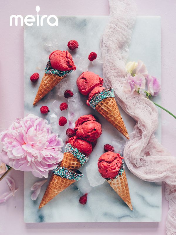 Vadelmasorbetti-jäätelötötteröt 6 dl jäisiä kotimaisia vadelmia 1 tl Meira vaniljasokeria 4 valkuaista Suklaaseen dipatut vohvelit: jäätelövohveleita suklaata Meira...
