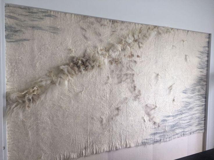 """Onze opdrachtgevers wilden al langer een ruige vilten wand in de slaapkamer. In die kamer zijn veel natuurlijke materialen, zoals hout, staal en linnen. Gebaseerd op een eerder ontwerp van VanVilt voor Vinland, hebben we uiteindelijk een naturel wandkleed gemaakt, met als frivool item een slinger van schapenlokken. Het samenspel met de grijze """"penseelstreken"""", geeft…"""