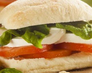 Sandwich léger à la tomate-mozzarella par Mon Coaching Minceur : http://www.fourchette-et-bikini.fr/recettes/recettes-minceur/sandwich-leger-a-la-tomate-mozzarella-par-mon-coaching-minceur.html