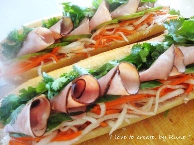 簡単版★パインミー(ベトナムサンド) by ルネ吉村 / ベトナムスタイルの紅白まなすを入れたバゲットサンドイッチです。買ってきたバゲットにパテをパンに塗り、お好きなハムをサンドするだけ。いつものサンドイッチがエスニック風に目先を変えてみては。 / Nadia