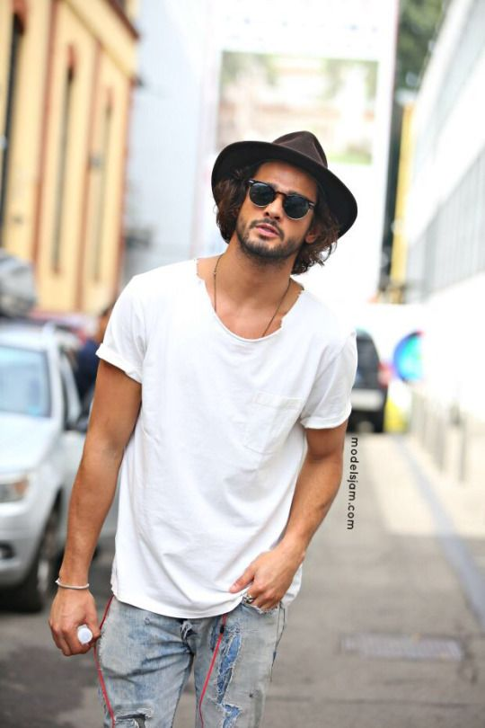 Perfect Monday's style. Hat, white t-shirt and jeans