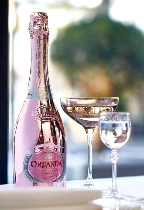 Бутылки, окрашенные в технике металлизация, выглядят превосходно в любом цвете! Bottles, painted in the technique of metallization, look great in any color! #dancodecor #glsassdecor #glassdecoration #decor #decoration #glassprint #glass #packaging #packagedesign #bottle #bottledesigne #vodka #khortytsa #champagne #oreanda #silver #pink #данкодекор #декораторстекла #декорстекла #декор #стекло #стеклотара #бутылка #водка #шампанское #хортица #ореанда #дизайн