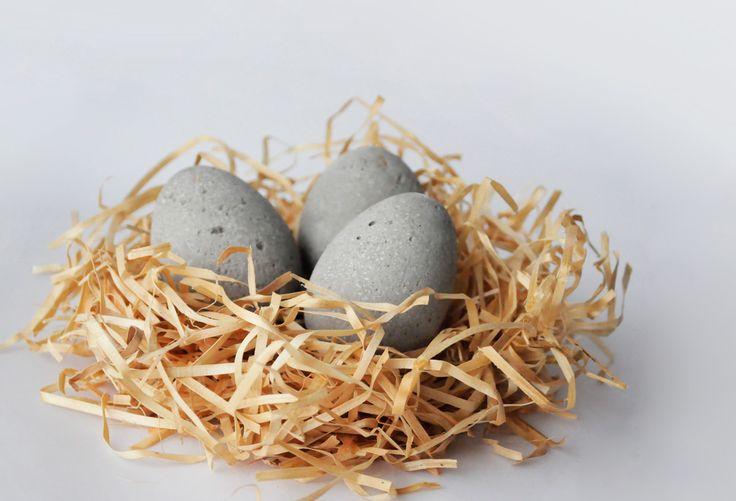 VELIKONOČNÍ BETONOVÁ VEJCE Tato netradiční betonová velikočnoční vajíčka se mohou stát originální ozdobou Vašeho interiéru i exteriéru. Jejich výhodou je vysoká odolnost a netradiční vzhled. Reprezentují moderní industriální módu, stejně tak ale mohou stylově zdobit i rustikálnější prostory. Jedná se o odlitky, každý kus je tedy podruhé již nenapodobytelným ...