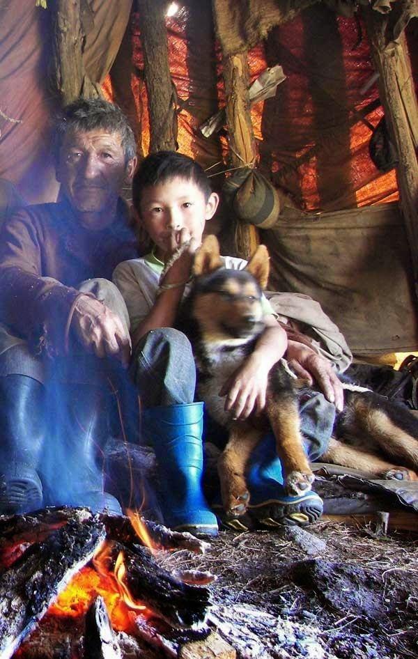 Tofalar, Karagalar olarak da bilinirler. Rusya Federasyonu'nun Irkutsk Oblast'ında, Tıva ve Buryatya sınırına yakın yaşamaktadırlar. Çok eski dönemlerde Tuvalardan ayrılan bir boy oldukları düşünülmektedir. Ekim Devriminden önce Tofalar göçebe yaşamaktaydılar, devrim sonrası Sovyet hükümeti tarafından yerleşim alanları değiştirildi. Genç Tofalar Sovyet okullarında eğitim görüp Rusça öğrendiler ve kültürel gelenekleri yasaklandı. 2002 nüfus sayımına göre Rusya`da 837 Tofa Türkü bulunmaktadır.