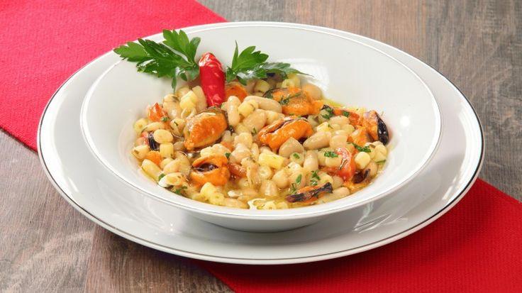 Ricetta Pasta e fagioli con le cozze: La pasta e fagioli ha mille declinazioni in Italia,  la versione con le cozze è davvero fantastica! Il mare incontra la terra e crea un sapore unico!