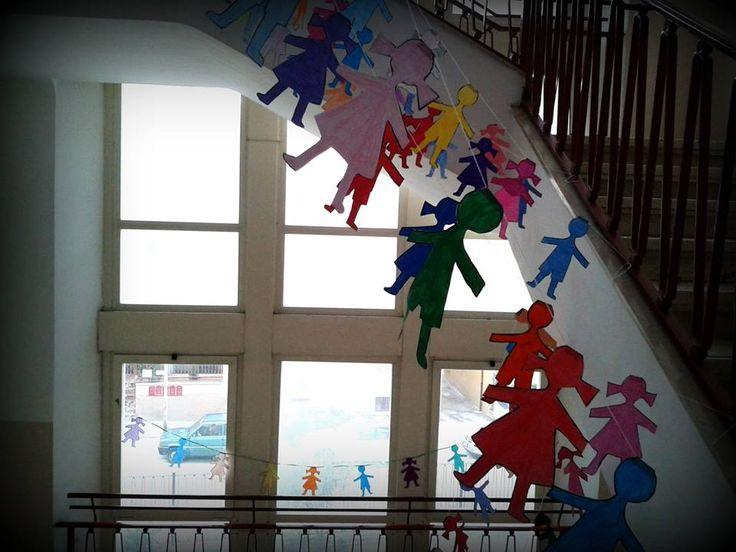 """1 febbraio 2014 ...l'idea è quella di un mondo colorato, della continua meraviglia della scoperta... è quella della festa perché, muovendo dall'immagine dei festoni colorati e delle ghirlande, ho voluto esprimere con questa decorazione, semplicissima a dir la verità, la presenza reale e concreta di ciascuno degli alunni della Scuola Primaria Moretti: tutti hanno colorato una sagoma col loro colore preferito, ciascun """"omìno"""" rappresenta uno ad uno i nostri alunni ♥"""