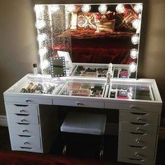 Escritorio para guardar el maquillaje con la parte de arriba transparente y espejo de luces #Muebles #Organización #Maquillaje
