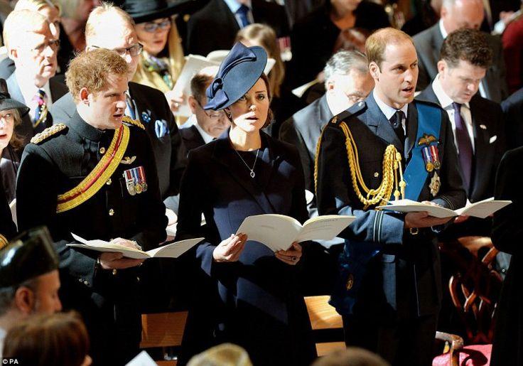 Princ Harry, který sloužil ve dvou turné po Afghánistánu, stojí se svou sestrou-v-právo Kate a bratr princ William během vzpomínkové