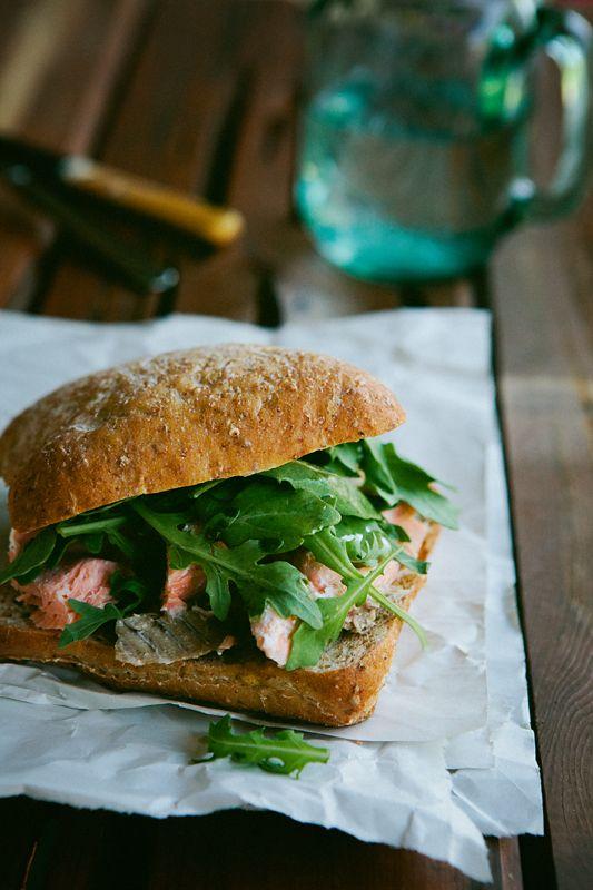 сэндвич с лососем и ягодами можжевельника