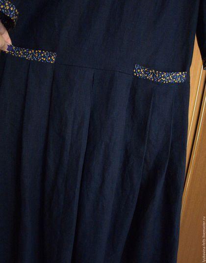 Купить или заказать Платье из льна темно-синее с  карманами в интернет-магазине на Ярмарке Мастеров. Платье из темно-синего льна, заниженная линия талии, рукава 3/4. В отрезной линии по бедрам - карманы из отделочной ткани в цветочек (горчичные цветочки, мятные листики). На юбке складки: одна встречная по центру и 6 обычных. В наличии,на фото размер 44-46. Половина ширины платья по груди: 49 см, по бедрам: 51 см, ширины рукава: 18см. Длина от талии - 80 см, всего от плеча - 126 см.