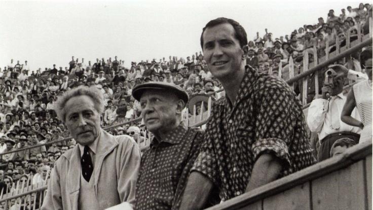PABLO PICASSO | met stierenvechter Luis Miguel Dominguín en dichter Jean Cocteau op de tribune van plaza de toros Las Arenas in Arlés in Zuid Frankrijk (september 1959)  (ABC)