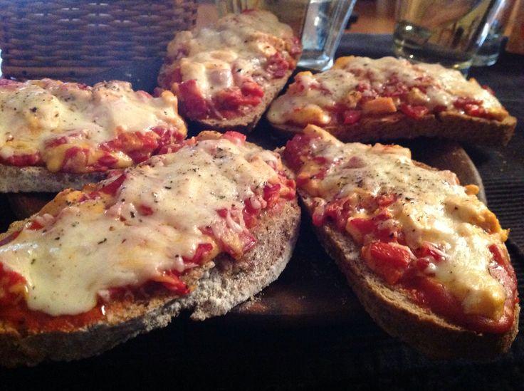 Pan rústico 4 quesos en salsa de tomates naturales ....toque de tomillo