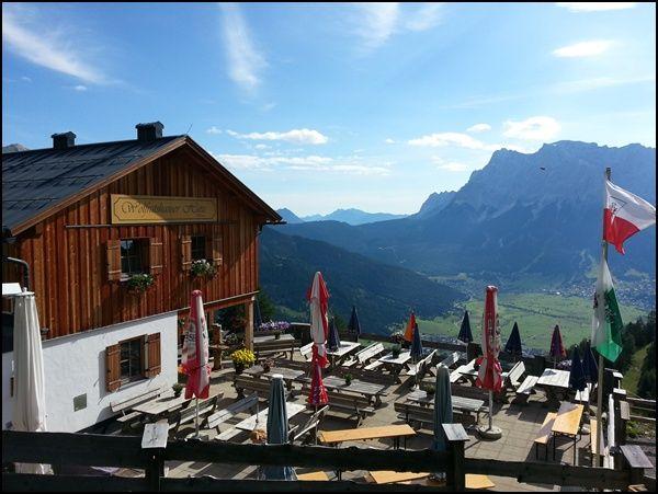 Terrasse der Wolfratshauser Hütte mit Blick auf die Zugspitze und auf Ehrwald | Tirol | Österreich |