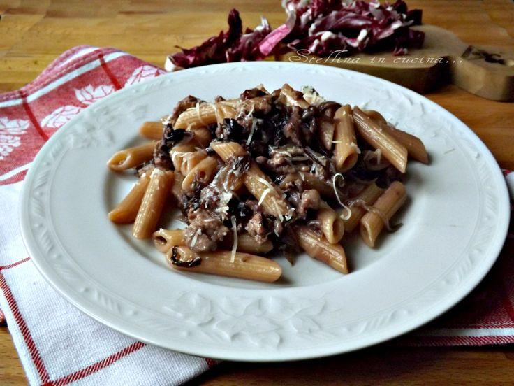 La pasta risottata radicchio e salsiccia si preparara esattamente come un risotto, ma con la pasta, molto saporita, visto che il condimento avvolge tutto.