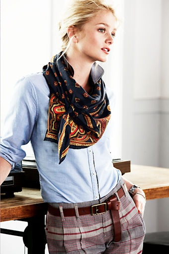 チェック パンツ ブルーシャツ スカーフ