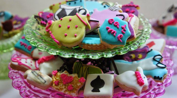 Mil Grageas, My tiny Alice in Wonderland cookies.