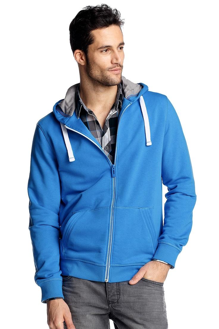 Wat hebben mannen toch geluk.  Een eenvoudige hoodie in een leuke kleur is al voldoende om er goed uit te zien.