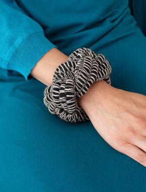 DIY Mambo Braided Bracelet made with Lion Brand Martha Stewart Mambo yarn: Free pattern. #Bracelet #Martha_Stewart #Mambo_Yarn #Braided_Bracelet