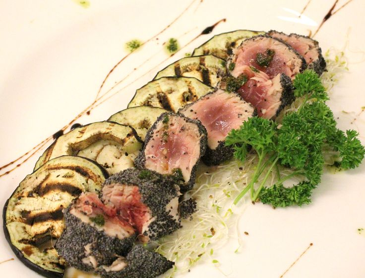 Seared tuna with poppy seeds