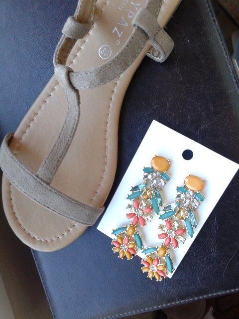 sandalias tuneadas con unos pendientes