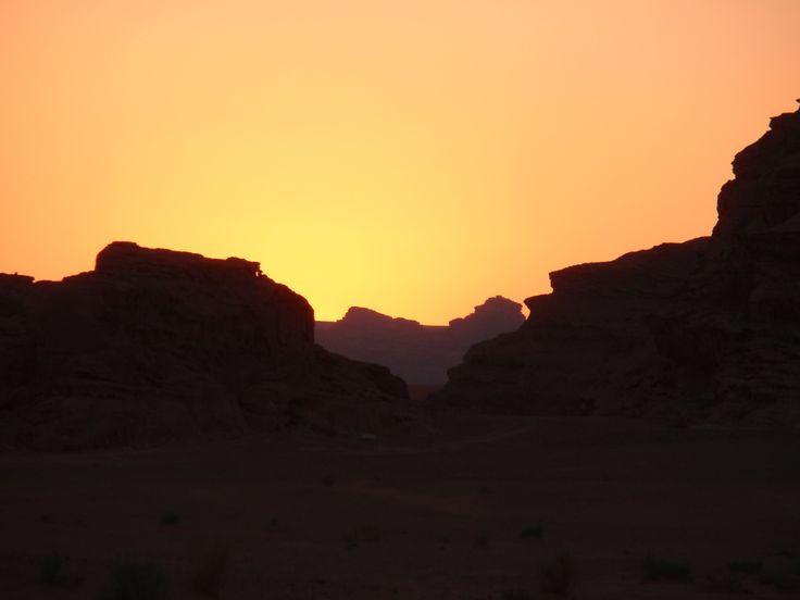 Puesta de sol en el desierto de Wadi Rum en  Jordania